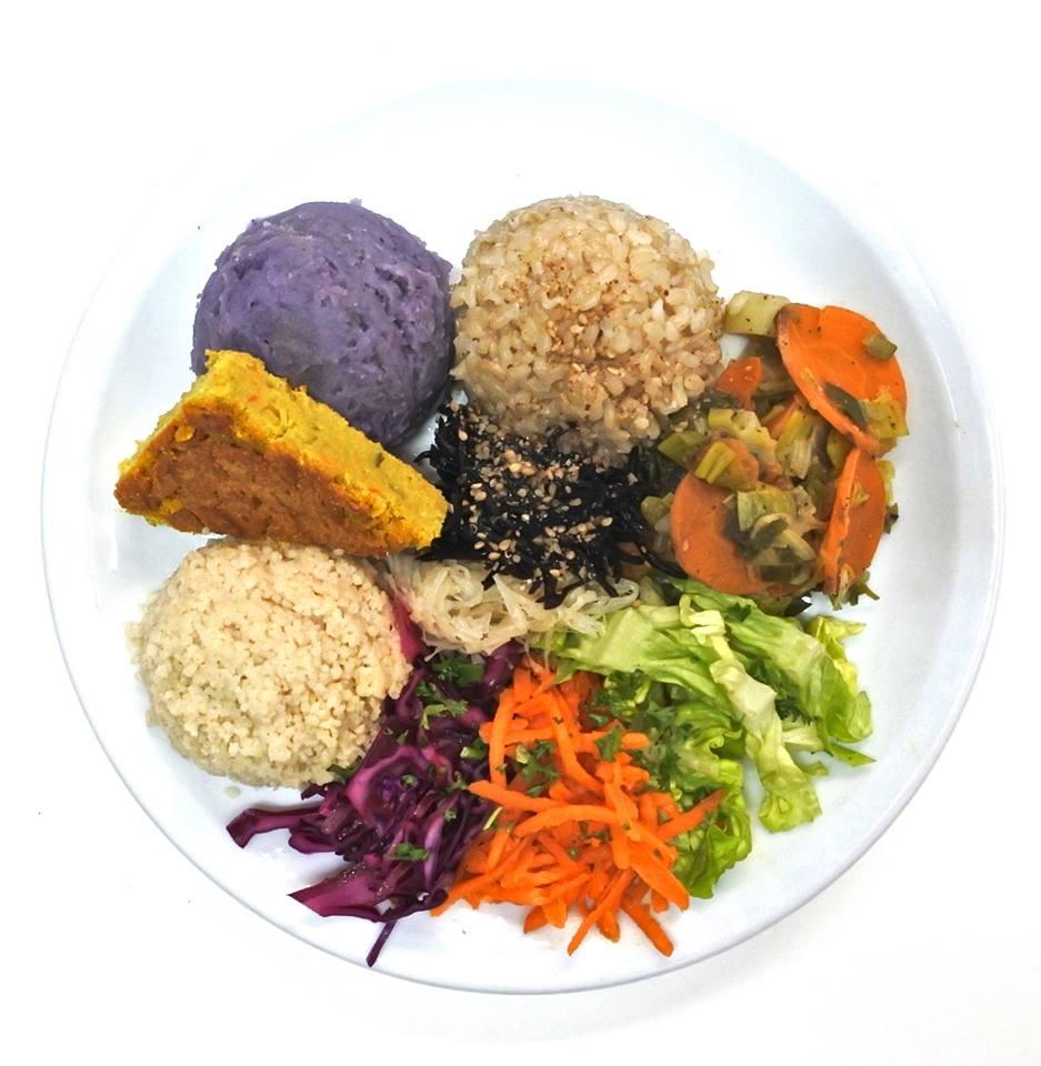 Le restaurant grand appétit propose un menu macrobiotique équilibré avec des céréales, une légumineuse, des légumes cuisinés, des crudités et des algues.