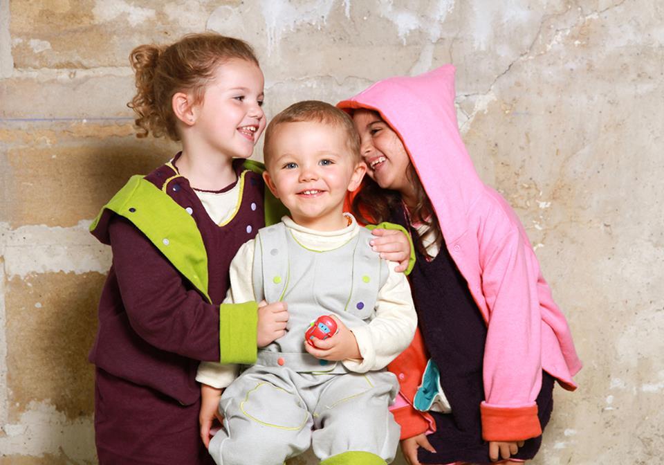 Trois tailles suffissent pour habiller des enfants de 6 mois a 6 ans.
